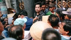 Người dân chen lấn, xô đẩy vào nhận gạo và tiền ở biệt thự Ngọc Sơn