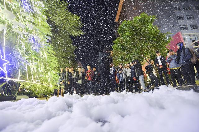 Bông tuyết giả được tạo từ bọt xà phòng an toàn nhập từ nước ngoài. Mới thử nghiệm nhưng ý tưởng tạo khung cảnh tuyết rơi được các bạn trẻ hưởng ứng.