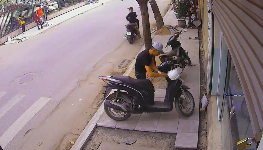 Hình sự - Clip: Hai thanh niên đi SH trộm xe máy cực nhanh giữa phố Hà Nội