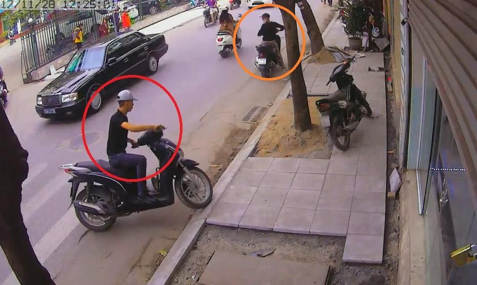 Hình sự - Clip: Hai thanh niên đi SH trộm xe máy cực nhanh giữa phố Hà Nội (Hình 2).