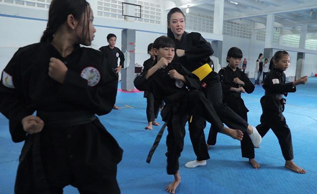 Hình ảnh Hải Thu trong lớp dạy võ dành cho trẻ em