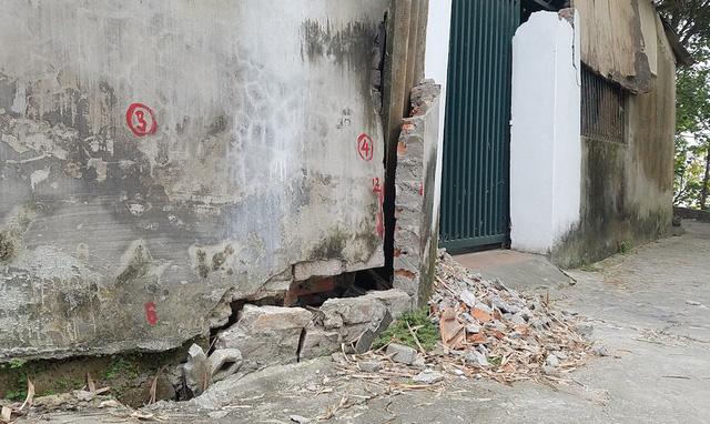 Một số nhà dân gần cầu cũng bị ảnh hưởng, tường nhà nứt vỡ.