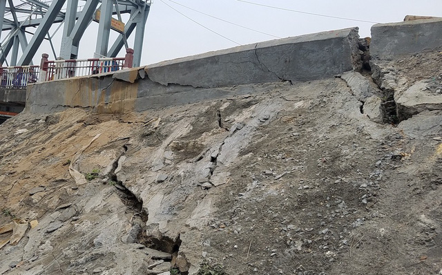 Cầu Đuống được xây vào cuối thể kỷ 19 nhưng bị phá hủy trong chiến tranh chống Mỹ. Sau chiến tranh, cầu được xây lại ở đúng vị trí cũ với chiều dài 225m. Giống như cầu Long Biên, cầu Đuống có đường sắt đơn khổ 1.435mm ở chính giữa, hai bên có làn đường cho các phương tiện cơ giới.