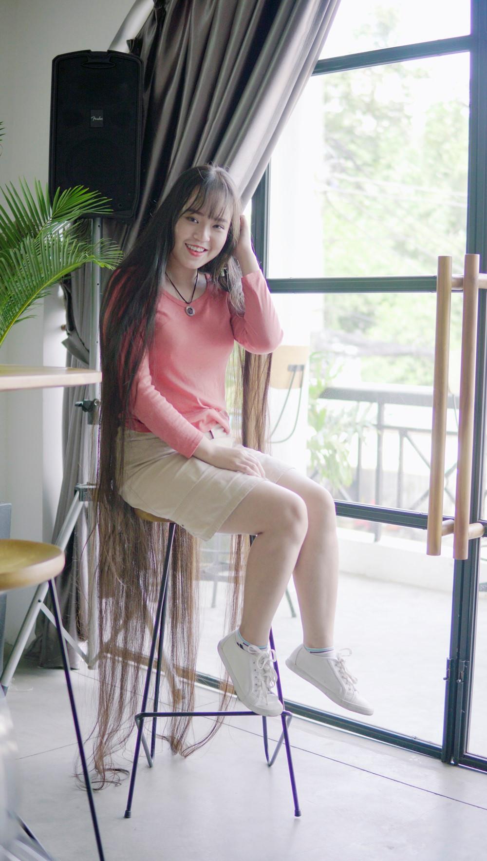 9X Sài Gòn kiếm chục triệu mỗi tháng nhờ có mái tóc dài 2 m-3