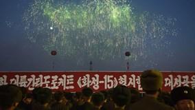 Người Triều Tiên nhảy múa trong pháo hoa mừng thành công lịch sử