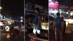 Va chạm giao thông, tài xế ô tô bắt thanh niên đi xe máy quỳ lạy xin lỗi
