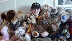 Cậu bé 13 tuổi tự tay may 1300 gấu bông tặng bệnh nhi