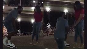 Chàng trai cởi giày ra cầu hôn bạn gái và sự thật hài hước phía sau