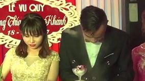 Chú rể bị nút chai bật trúng mặt khi mở rượu trong đám cưới