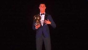 Khoảnh khắc Ronaldo nhận Quả bóng Vàng trên tháp Eiffel