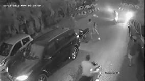 Ô tô lùi bất cẩn đâm ngã xe máy, tài xế và cô gái đánh nhau túi bụi