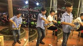 Cậu bé 10 tuổi chơi trống lắc tay điêu luyện gây sốt mạng xã hội
