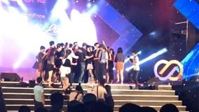 Phản ứng của Noo Phước Thịnh khi fan nữ lên sân khấu gần gũi thần tượng