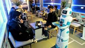 Tiếp viên robot tự mang cà phê tới tận bàn mời khách ở Hà Nội