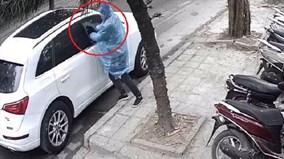 Ngang nhiên phá kính ô tô Audi, lấy cắp túi xách giữa ban ngày ở Hà Nội