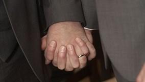 Hai cụ ông cưới nhau để trốn nộp thuế thừa kế