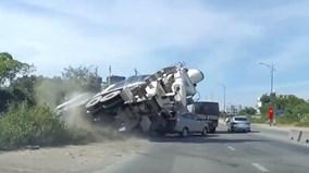 Toyota Innova suýt bị xe bê tông đè bẹp khi vừa nhập vào đường