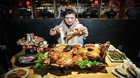 'Nữ hoàng dạ dày' 9X một mình ăn hết con cừu 15 kg