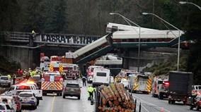 Toàn cảnh tàu hỏa trật đường ray, lao xuống đường cao tốc ở Mỹ