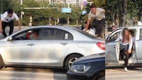 """Đỗ trên vạch sang đường, ô tô bị người đi bộ trèo, chui qua xe """"dằn mặt"""""""