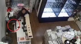 Nữ quái vờ mua hàng rồi vào quầy thu ngân trộm điện thoại