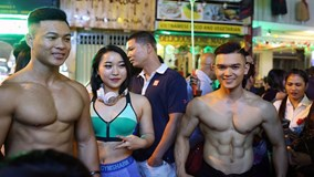 Trai 6 múi cởi trần ôm tự do đêm Noel ở phố Tây Sài Gòn
