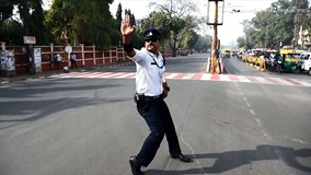 Cảnh sát Ấn Độ vừa nhảy Michael Jackson vừa điều khiển giao thông gây sốt