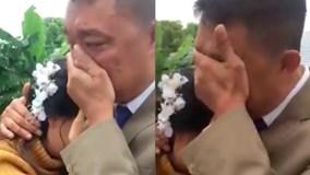Cha bật khóc tiễn con gái về nhà chồng khiến dân mạng xúc động