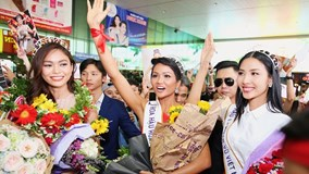 Khán giả chen lấn, chào đón Hoa hậu H'Hen Niê ở sân bay Tân Sơn Nhất