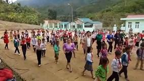 Thầy trò tiểu học vùng núi nhảy Cha Cha Cha vui nhộn trên sân trường