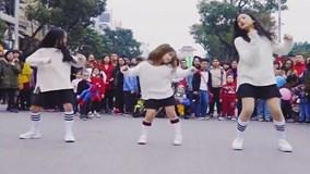 Ba bé gái đáng yêu cover điệu nhảy say rượu của Mỹ Tâm trên phố đi bộ