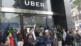 Hàng trăm tài xế Grab, Uber tắt ứng dụng, đòi giảm chiết khấu