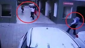 4 người đàn ông hốt hoảng chạy tới đỡ phụ nữ nhảy lầu tự tử