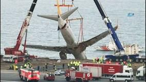 Cận cảnh giải cứu máy bay 'treo mình' trên vách đá