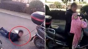 Mẹ trói tay con trai vào xe máy kéo lê trên đường