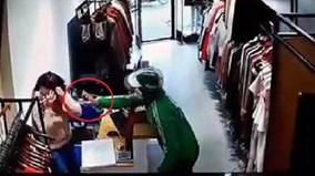 Thanh niên mặc đồng phục Grab dùng xịt cay cướp tài sản ở shop thời trang