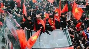 Đoàn xe qua Lăng Bác, Quang Hải nhảy lên vẫy chào người hâm mộ