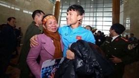 Xuân Mạnh U23 lặng người vì món quà 10 nghìn đồng mẹ tặng ở sân bay