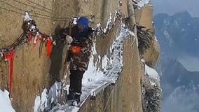 Dọn tuyết trên lối đi rộng 30 cm vắt qua vách núi ở Trung Quốc
