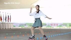 Màn múa trên patin điệu nghệ của cô gái Trung Quốc