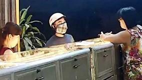 Cận cảnh đối tượng đập kính cướp tiệm vàng ở Bình Dương
