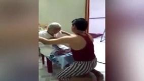 Xúc động con trai ân cần tắm rửa, mặc áo mới cho mẹ già