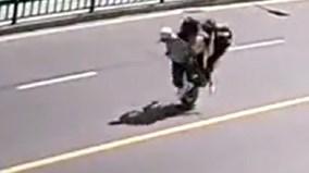 Ông chồng Trung Quốc thắng xe gấp khiến vợ con lộn nhào giữa đường