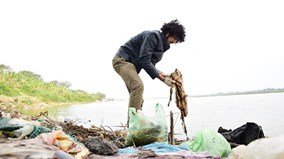 Tết ông Công ông Táo:  Người vô tư xả rác, người cặm cụi nhặt về