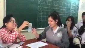 Cô giáo lì xì học sinh theo phong cách 'Đừng để tiền rơi'