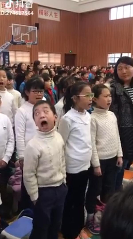 Cậu bé diễn sâu, đặt trọn tâm trí vào bài hát khiến dân mạng cười ngả nghiêng-1