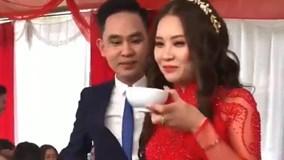 Cô dâu uống cả bát rượu để nhận tiền mừng từ khách mời