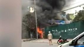 Lửa lớn, khói đen bao trùm xưởng sửa chữa lốp ô tô tại Hà Nội