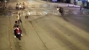 Người đàn ông chạy cố lao thẳng xe vào hàng rào đường ray