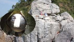 Hòn đá 'Mắt Rồng' tự xoay nơi cửa biển Quan Lạn